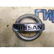 Эмблема на решетку радиатора Nissan Juke (F15) 628901KA0A Отличное состояние.
